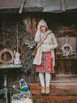 Urlaub dekoration frau schafft weihnachtsatmosphäre open air rustikal minimalistisch modern aus natürlichen ökologischen materialien skandinavischen stil. ideen, die das neue jahr mit ihren eigenen händen handgemacht verzieren.