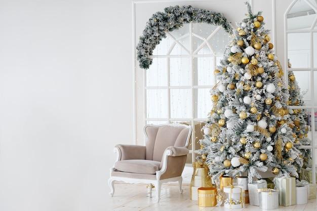 Urlaub dekoriertes zimmer mit weihnachtsbaum und sessel