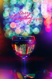 Urlaub hintergrund ein glas wein champagner auf einem hintergrund von hellen bunten bokeh