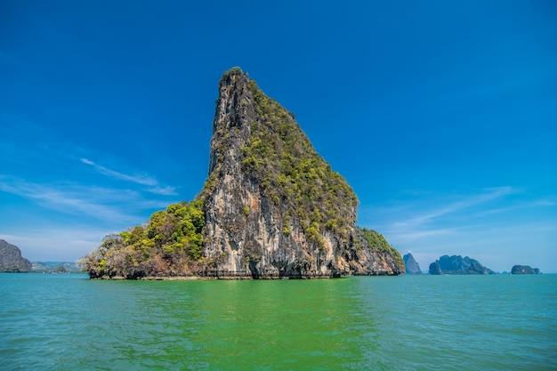 Urlaub in thailand. blick auf die felsen, das meer, den strand von der höhle.