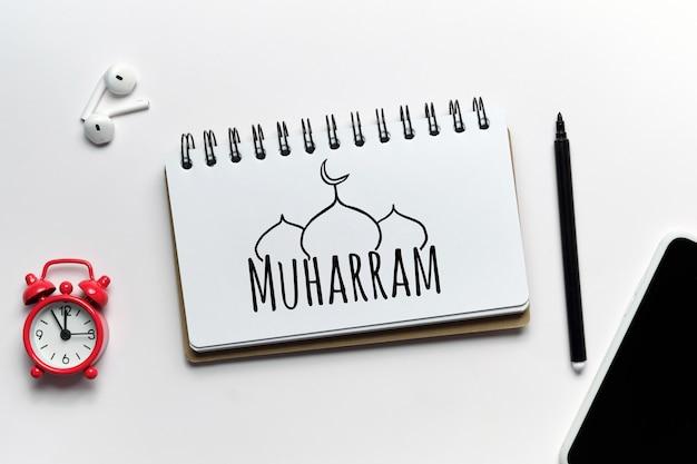 Urlaub islamischer muharram auf einem notebook gezeichnet.