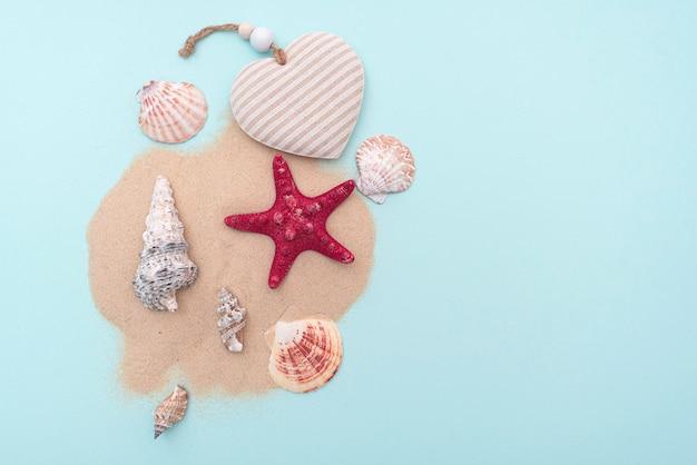 Urlaub, sommerferien. zusammensetzung mit sand und muscheln, draufsicht. platz für text. layout für ideen.