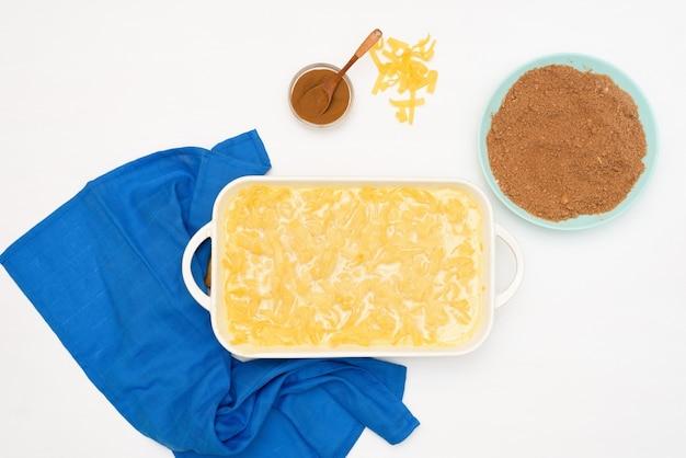 Urlaub von chanukka, einem traditionellen kugelkuchen mit nudeln und pudding, sandkrümel darüber