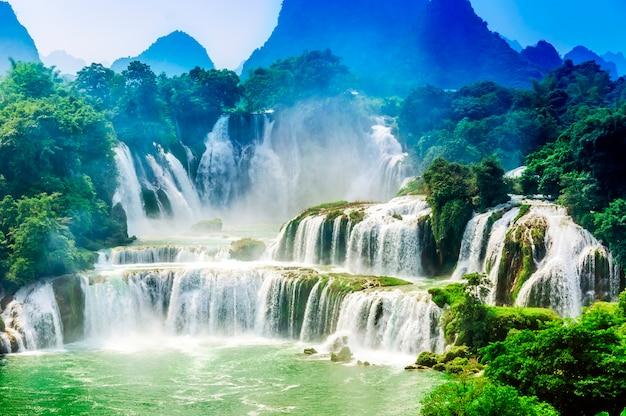 Urlaub wunder frische bäume wasserfall im freien