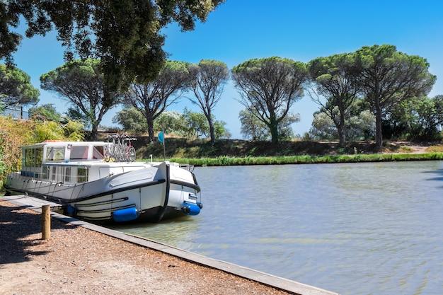 Urlaubsboot im canal du midi, familienreise mit dem lastkahn in südfrankreich