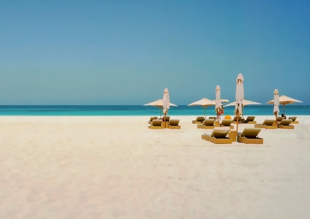 Urlaubsferienstrandhintergrund. abu dhabi. umweltfreundlicher strand auf der insel saadiyat.