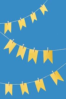Urlaubshintergrund mit hängenden papierhandwerksfahnen auf einem seil gegen blau mit kopienraum.