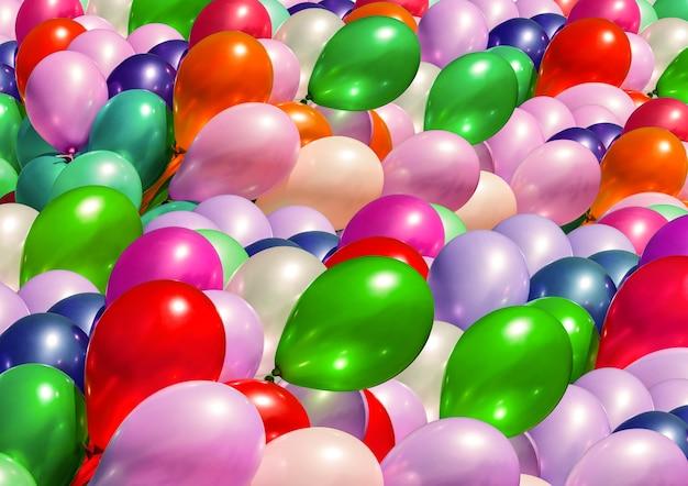Urlaubskonzept. abstrakter hintergrund. haufen bunter luftballons