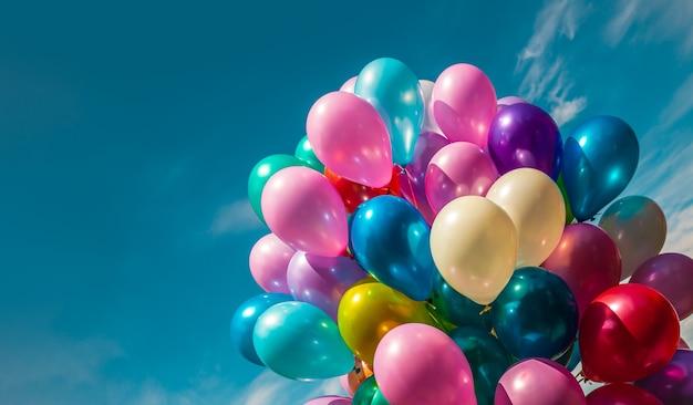 Urlaubskonzept. haufen bunter luftballons auf einem himmelshintergrund