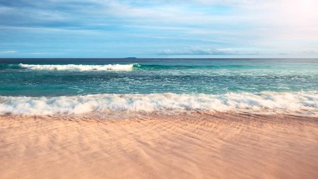 Urlaubskonzept mit tropischem meer und sandstrand