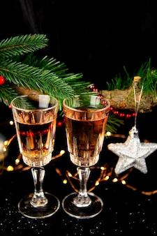 Urlaubskonzept zwei gläser champagner