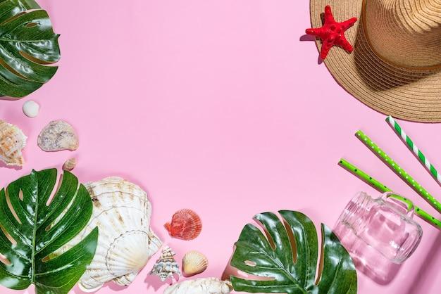 Urlaubsreiseausstattung strohhut, palmblätter und meeresgegenstände, muscheln, seestern