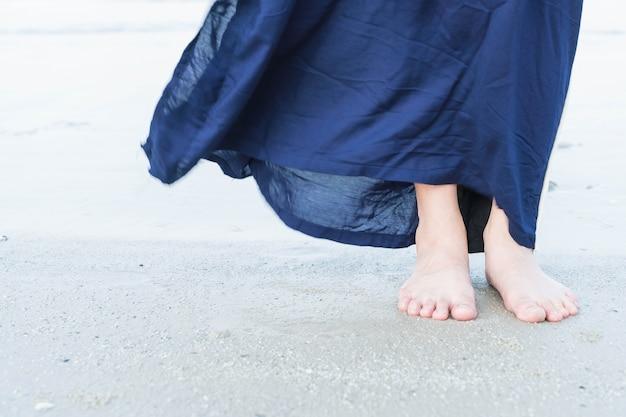 Urlaubsreisen frau füße nahaufnahme des mädchens entspannenden am strand