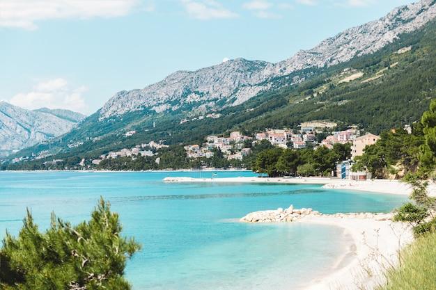 Urlaubssommeransicht des meeres und der berge in kroatien