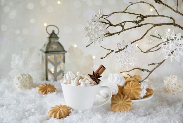Urlaubstasse kakao mit marshmallow oder kaffee mit gewürzen und hauskeksen. weihnachtskonzept