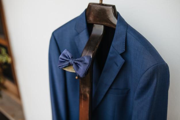 Ursprünglicher blauer papillon mit anzug