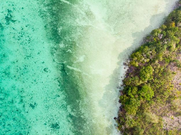 Ursprünglicher küstenlinienregenwald des tropischen paradieses der luftdraufsicht unten in bair island. indonesien-molukken-archipel, kei islands, banda sea. top reiseziel, bestes tauchen, schnorcheln.