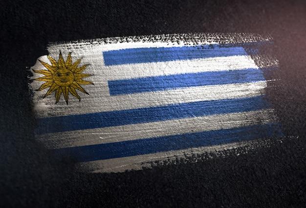 Uruguay-flagge gemacht von der metallischen bürsten-farbe auf schmutz-dunkler wand