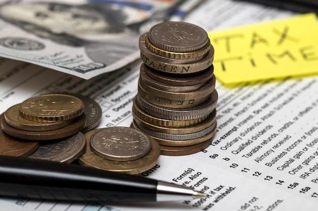 Us 1040 steuerformular mit stift und münzen