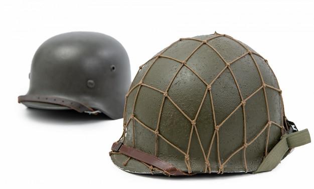 Us-amerikanische und deutsche militärhelme aus dem zweiten weltkrieg, schlacht um die normandie 1944
