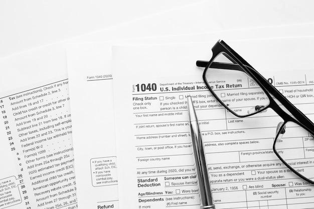 Us-amerikanisches irs internal revenue service-formular 1040 zur einreichung von einkommenssteuern für die erstellung von einnahmenberichten mit finanzpapieren