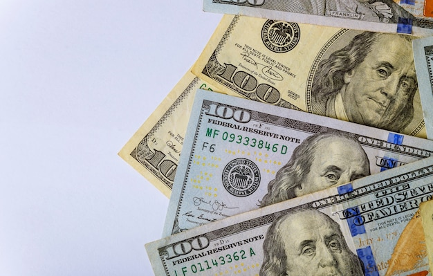 Us-banknotendollar lösen amerikanische dollar auf einem weißen hintergrund ein