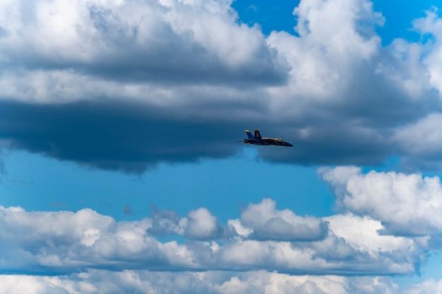 Us-blaue flugzeuge führen in der flugschau durch