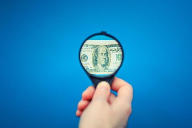 Us-dollar-banknote unter der lupe