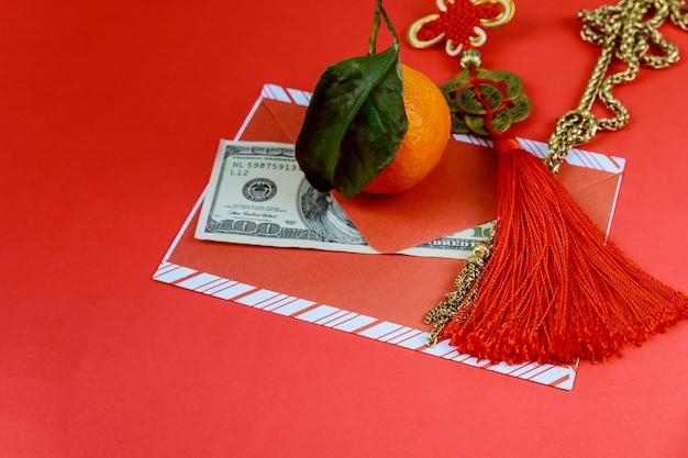 Us-dollar banknoten mit rotem umschlag im chinesischen neuen jahr