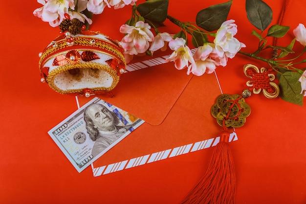 Us-dollar-geld in rotem hintergrund, happy chinese new year-konzept,