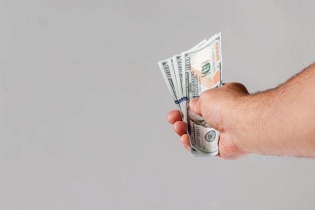 Us-dollar in einer männlichen hand