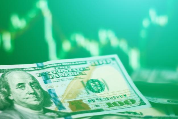 Us-dollar rechnungen auf hintergrund mit devisenmarkt. handels- und finanzrisikokonzept. getontes foto