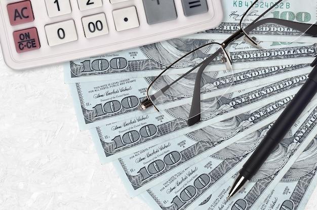 Us-dollar-rechnungen fan und taschenrechner mit brille und stift