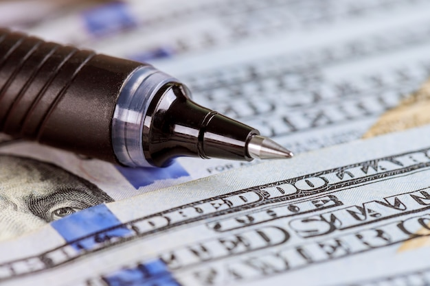 Us-dollar-schein, super-makro, nahaufnahme kugelschreiber auf dollar-banknoten