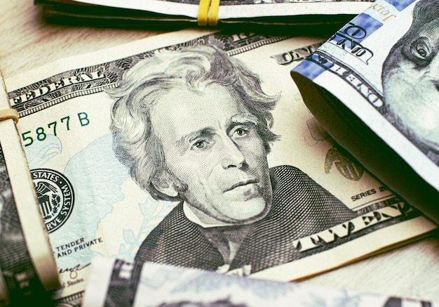 Us-dollar-scheine auf einem holztisch in nahaufnahmefotografie