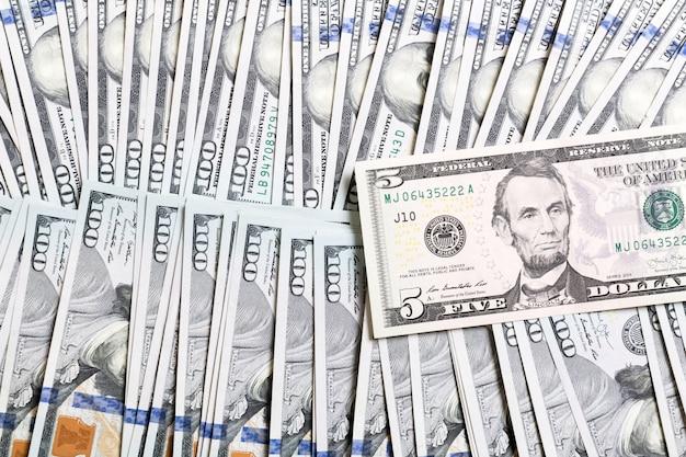 Us-dollar-scheine. einhundert dollarnoten. draufsicht des geschäfts auf hintergrund mit copyspace