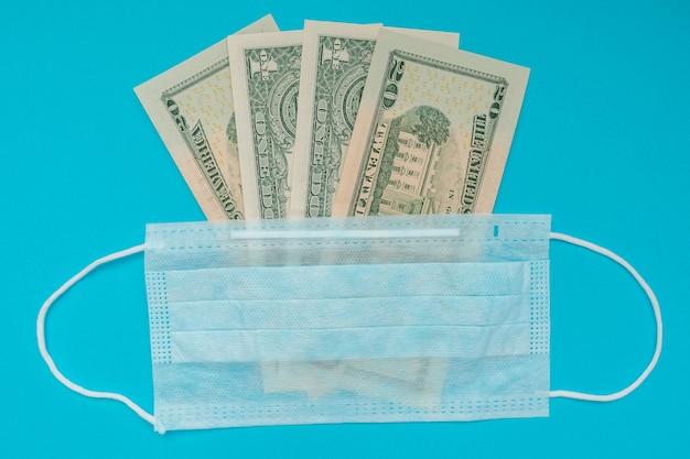 Us-dollar und medizinische maske. wirtschaftskrise. gesundheitsausgaben. ausbruch des coronavirus.