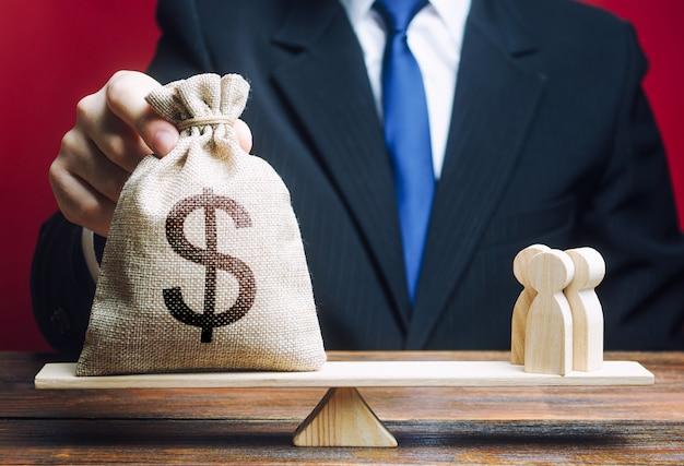 Us-dollar usd geldsack und leute auf waage