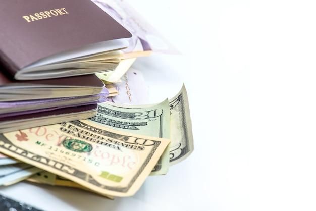 Us-dollar-währung, banknoten von amerika, geld und finanzen isoliert auf weißem hintergrund