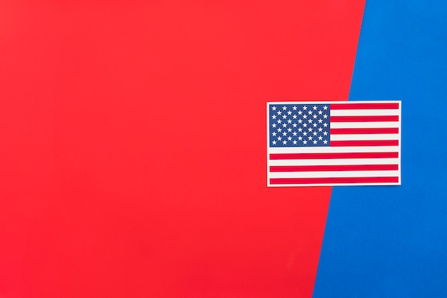 Us-flagge auf heller mehrfarbiger oberfläche