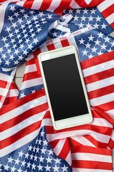 Us-flagge und smartphone