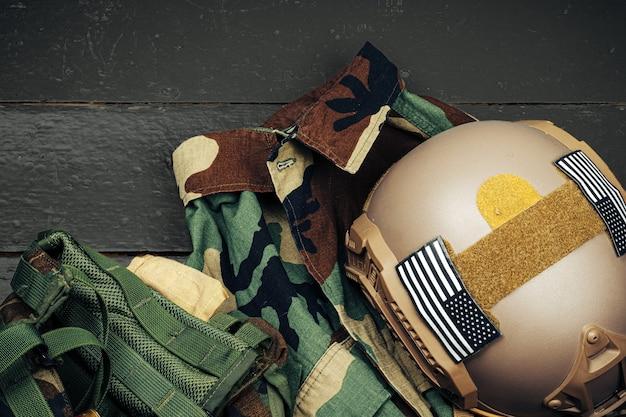 Us-militärhelm auf hölzernem hintergrund schließen oben