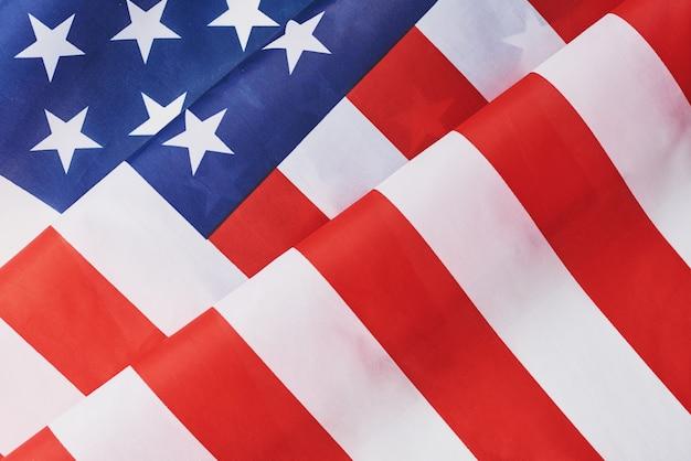 Usa-amerikanische nationale wellenartig bewegende flagge als hintergrund, abschluss oben