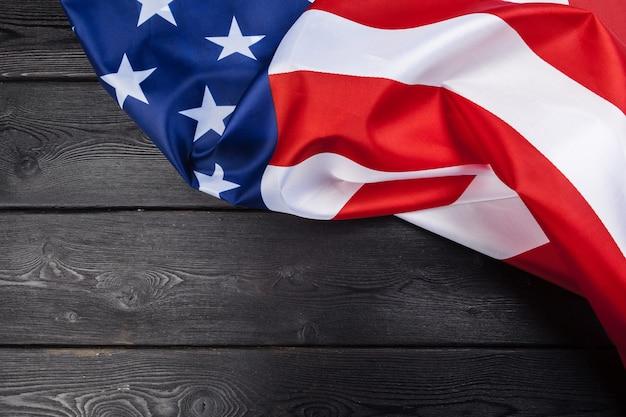 Usa-flagge auf dunklem holztisch