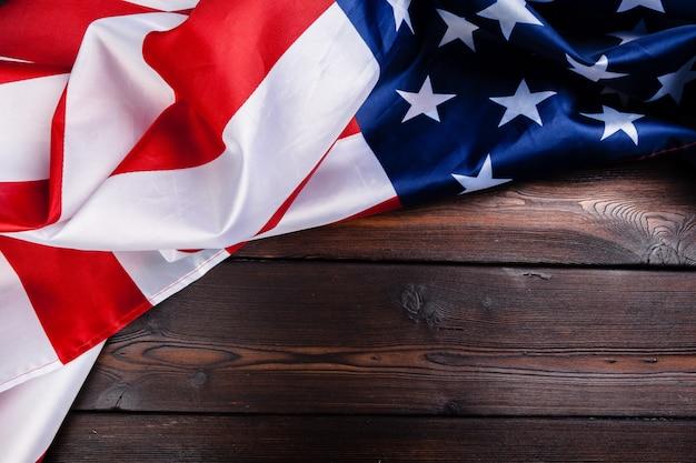 Usa-flagge auf dunklem holztischhintergrund