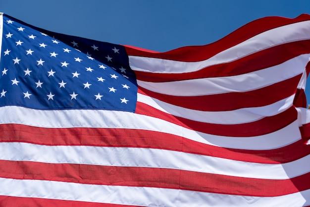 Usa-flagge auf einem blauen himmelhintergrund