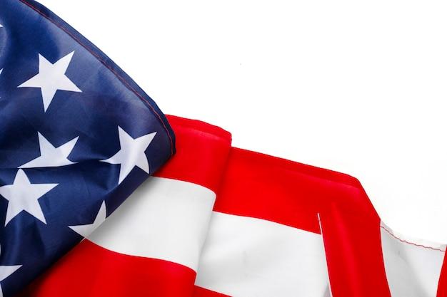 Usa-flagge auf einem weißen raum. vereinigte staaten. konzept gedenktag, unabhängigkeitstag