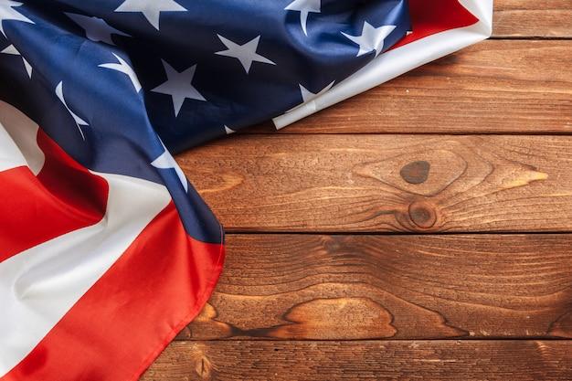 Usa-flagge auf hellem holztischabschluß herauf kopienraum