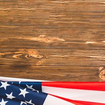 Usa-flagge auf hölzernem hintergrund