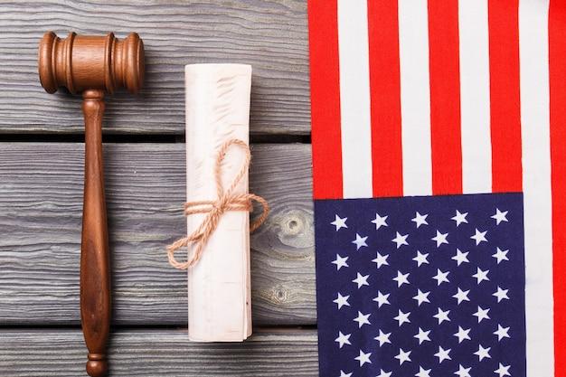 Usa flagge mit hammer und schriftrolle. konzept der unabhängigkeitserklärung.